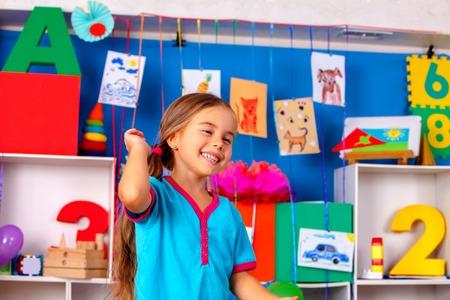 estanterias: Niña feliz reír en la escuela primaria. Una gran cantidad de imágenes de niños en la escuela primaria.