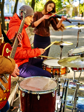violinista: Music street performers with girl violinist on autumn outdoor. Foto de archivo