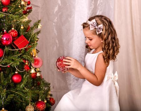 niños vistiendose: Niño decorar el árbol de navidad. estilo retro en blanco y negro. niño solo en casa.