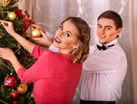 Paar op party in de buurt van de kerstboom. Zwart en wit retro. Jongeren decoratie van de kerstboom.