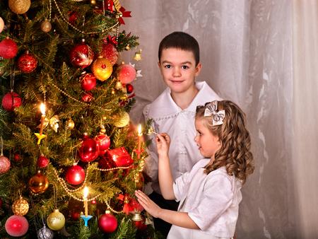niños vistiendose: Los niños que reciben los regalos bajo el árbol de Navidad. retro blanco y negro.
