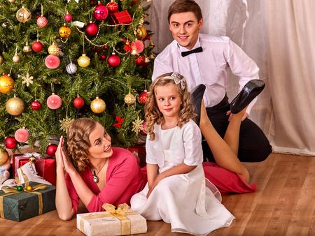 niños vistiendose: La mañana de Navidad para la familia. La familia feliz Navidad agrada. árbol de navidad en el fondo. Estilo retro.