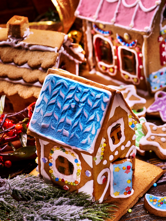 hause: Make gingerbread hause for holiday christmas. Several Christmas ginger houses top view. Decorating Xmas table is fun holiday tradition. How to Make Decorating Party for holiday.