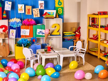 68915876 Kindergarten Innendekoration Kind Bild An Der Wand  Vorschulklasse Die Kinder Wartet Farbe Ballons Au?veru003d6
