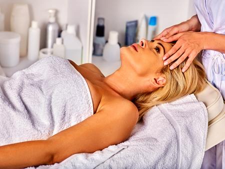 pulizia viso: Massaggio viso per donna di quaranta anni. Ritratto di donna di mezza età take pulizia in salone spa faccia.