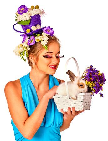 lapin sexy: Pâques jeune fille tenant lapin et les ?ufs. Femme avec coiffure de vacances et faites la tenue de lapin dans le panier avec des fleurs. Fond blanc. Banque d'images