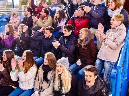 スタジアムの人々 の声援を送るファンは、あなたのお気に入りのチームと tribunes に歌を称賛します。若者グループは、お気に入りのチームをサポー