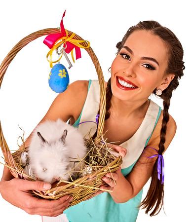 lapin sexy: Pâques jeune fille tenant lapin et de décoration des ?ufs. le style de vacances tenue et lapins dans le panier avec des fleurs. lapin blanc et le fond.