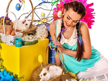 lapin sexy: robes de Pâques pour les femmes. Fille tenant panier lapin et les ?ufs. Femme avec coiffure de vacances et faites toucher le lapin avec des fleurs. Adultes au festival. fond blanc isolé.