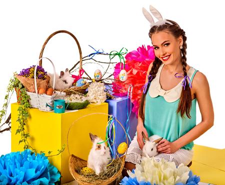 lapin sexy: Pâques oreilles de lapin serre-tête pour les femmes. Fille tenant panier lapin et les ?ufs. Femme avec coiffure de vacances et faites toucher le lapin avec des fleurs. Adultes au festival. fond blanc isolé.