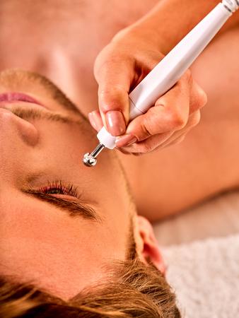 nu: Man facial massage beauty salon. Electric stimulation man skin care . Professional equipment microcurrent lift face. Anti aging rejuvenation and non surgical treatment.