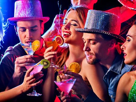 Discothèque femme discothèque. Une danse avec des groupes de danse. Les femmes et les hommes s'amusent et boivent un cocktail de martini avec des fruits en boîte de nuit. Boire de l'alcool aux fruits à la fête privée.