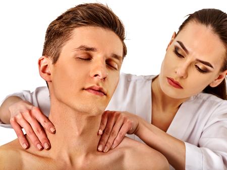 Schouder- en nekmassage voor man in spa-salon. Arts die nektherapie in rehabilitatiecentrum op geïsoleerd maakt. Plaatsing van het gewricht in de kliniek. Ontspannende therapeutische massage.