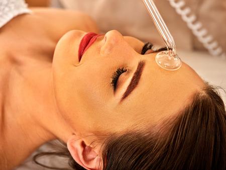 máquina de alta frecuencia en el salón de spa. Mujer joven que recibe masaje facial darsonval eléctrica después del procedimiento en la sala de belleza cerca.