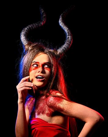 Mujer satan loca en el ritual de la magia negra del infierno. Reencarnación bruja criatura mítica en sábado. Diablo con alma Halloween. Astrología del Zodíaco. Viaje astral Magia negra sobre fondo rojo.