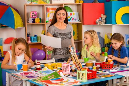 Pequeños Estudiantes Pintando En La Clase De La Escuela De Arte ...