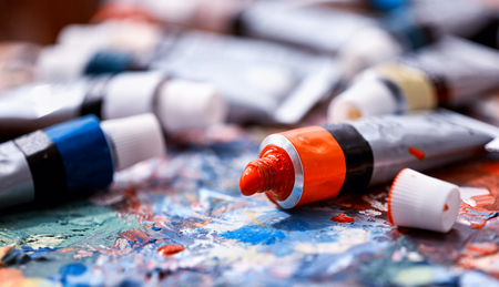 From tube on palette comes paint. Picturesque composition for still life. Dry paint. Discounts on goods for artists. Фото со стока - 97650686