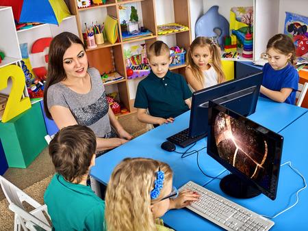 Corso di informatica per studenti di formazione online. L'insegnante con i bambini utilizza tecnologie che combinano l'e-learning come alternativa alla formazione classica. Lezione di astronomia virtuale. Caratteristiche del lavoro con i bambini.