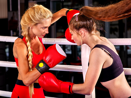 Dwie kobiety bokser w czerwonych rękawiczkach do boksowania w ringu. Sport bokserski. Zdjęcie Seryjne