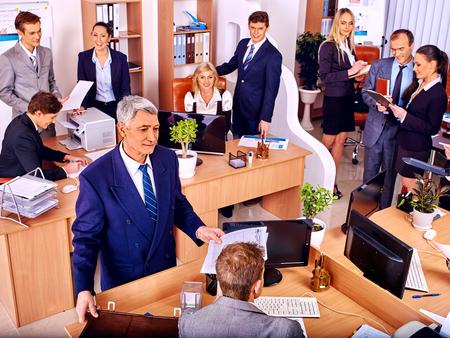 Grupa szczęśliwych ludzi biznesu w biurze. Starzec.