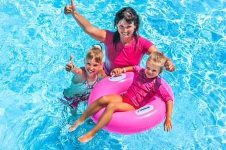 Famille avec enfants dans la piscine. L'été en plein air. Banque d'images