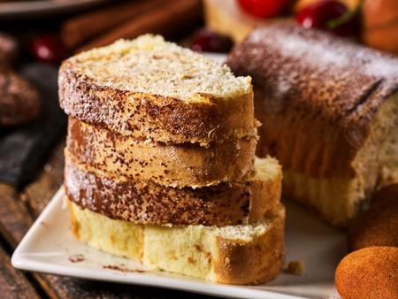 Haferkekse und Sandschokoladenkuchen mit Kirschbeere und knusprigen Waffelröllchen mit Sahne auf Schneidebrett auf Holztisch im rustikalen Stil. Einschränkungen für Diabetiker. Essen Sie in kleinen Portionen.