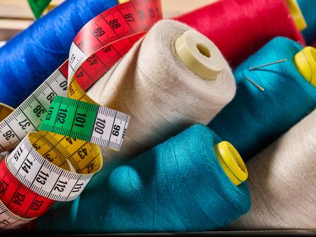 Bobine de fils de viscose pour surjet et ruban à mesurer dans les fournitures de couture.