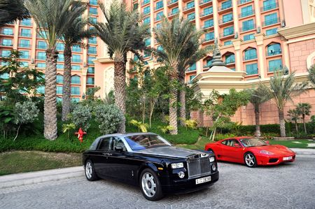 luxury cars: Luxury cars in front of Atlantis Hotel in Dubai, 16 August 2009.