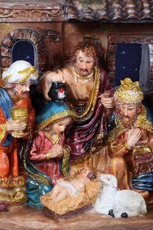 heilige familie: Weihnachtskrippe. Krippe mit der Heiligen Familie und Jesus in der Krippe.