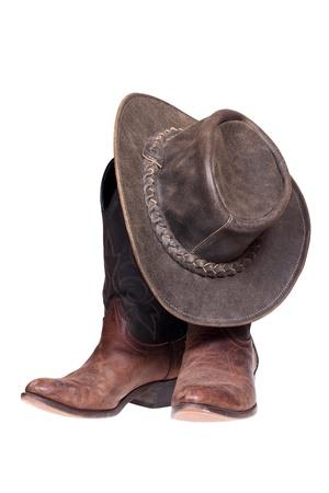 botas: Las botas de vaquero y sombrero aislados en blanco con trazado de recorte