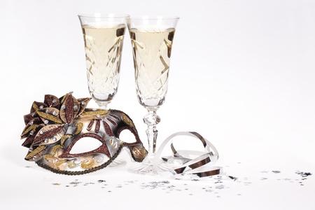 Masquerade Maske und Champagner auf weißem Hintergrund