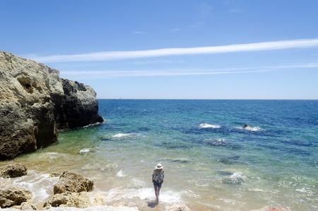 Mujer de pie en la playa Foto de archivo - 21871540