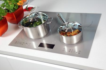 Grigio piano cottura a induzione vetro in cucina