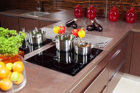 Moderne Küche mit Induktionskochfeld Glas Lizenzfreie Bilder