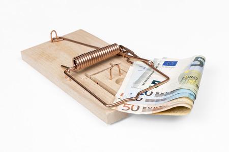 piege souris: Pi�ge � souris avec billets en euros isol� sur blanc