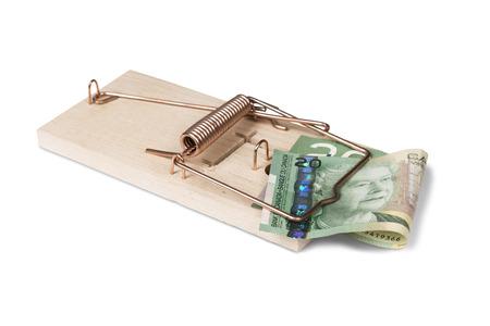 Piège à souris avec des dollars canadiens, isolé sur blanc avec chemin de détourage