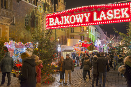 weihnachtsmarkt: Residents and tourists visit the Christmas market in the Old Market Square in front of City Hall on 21 December 2014 in Wroclaw, Poland.