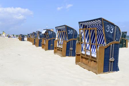 ferien: Empty sunbathing chairs on the beach. Stock Photo