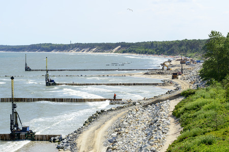 kolaylaştırmak: Workers build a breakwater that Facilitate the construction of the beach in Ustka, Poland.