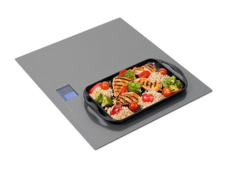 panel de control: Placa de inducci�n gris con panel de control t�ctil aislado en blanco.
