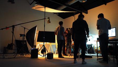 Productieteam schiet wat videofilms voor tv-commercials met studioapparatuur.