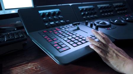 Telecine controller machine en man hand bewerken of aanpassen van kleur op digitale video film of film in de post-productie fase.