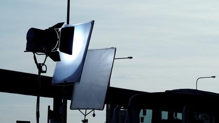 야외 위치에서 비디오 또는 영화 제작을위한 대형 LED 스포트라이트 및 삼각대 장비. 스톡 콘텐츠