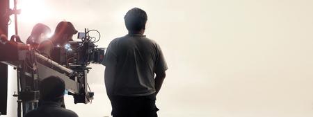 スタジオでの映像撮影制作クルーチームとプロのカメラ機器の舞台裏。