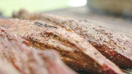 Few pieces of sirloin meat on the grill Zdjęcie Seryjne