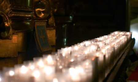 Candles of praying people burning on an altar Zdjęcie Seryjne