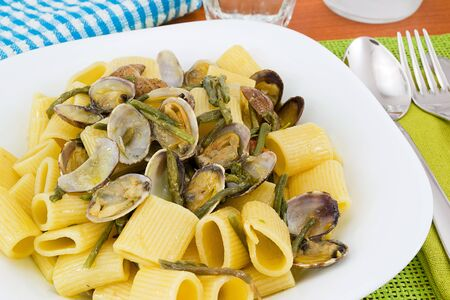 short sleeves with clams and asparagus