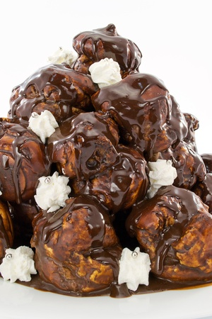 slagroom: soesjes met chocolade en slagroom Stockfoto