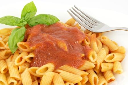 penne met tomatensaus en basilicum Stockfoto