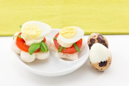 huevos de codorniz: Canape con huevos de codorniz Foto de archivo